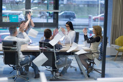 Startup группа в составе молодые бизнесмены бросая документы Стоковая Фотография
