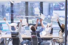 Startup группа в составе молодые бизнесмены бросая документы Стоковые Фото