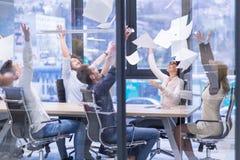 Startup группа в составе молодые бизнесмены бросая документы Стоковые Изображения