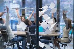 Startup группа в составе молодые бизнесмены бросая документы Стоковое Изображение RF