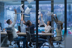 Startup группа в составе молодые бизнесмены бросая документы Стоковое фото RF