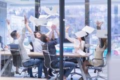 Startup группа в составе молодые бизнесмены бросая документы Стоковое Изображение
