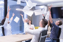 Startup группа в составе молодые бизнесмены бросая документы Стоковые Фотографии RF