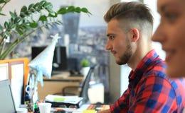 Startup дело, 2 бизнесмена handsame работая на компьютере на современном офисе Стоковое Изображение