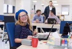 Startup дело, женщина работая на компьтер-книжке стоковое изображение rf