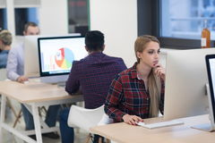 Startup дело, женщина работая на настольном компьютере стоковые изображения