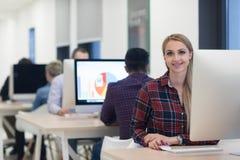 Startup дело, женщина работая на настольном компьютере стоковые изображения rf