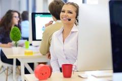 Startup дело, молодая красивая женщина с расчалками как разработчик программного обеспечения работая на компьютере Стоковое фото RF
