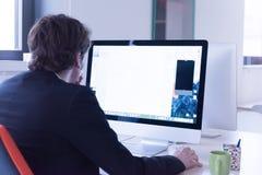 Startup дело, разработчик программного обеспечения работая на компьютере стоковые изображения