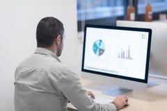Startup дело, разработчик программного обеспечения работая на компьютере стоковое изображение