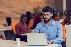 Startup дело, разработчик программного обеспечения работая на компьютере на современном офисе стоковое изображение