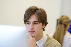 Startup дело, разработчик программного обеспечения работая на компьютере на современном офисе стоковые фото