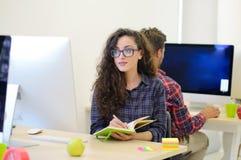 Startup дело, разработчик программного обеспечения работая на компьютере на современном офисе Стоковые Изображения