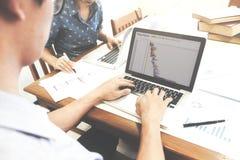 Startup команда дела brainstroming анализирует и встречая к plani Стоковая Фотография RF