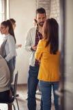 Startup команда ослабляя от работы во время перерыва на чашку кофе Стоковая Фотография RF