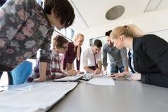 Startup команда дела на встрече на современном офисе Стоковое Изображение RF