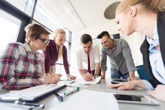 Startup команда дела на встрече на современном офисе Стоковые Изображения RF