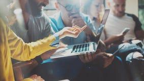 Startup концепция встречи метода мозгового штурма сыгранности разнообразия Сотрудник команды дела анализирует процесс компьтер-кн