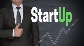 Startup концепция и бизнесмен с большими пальцами руки вверх стоковые изображения