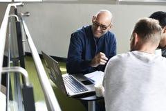 Startup метод мозгового штурма команды дела на мастерской встречи Стоковое фото RF