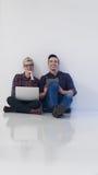 Startup affär, par som arbetar på bärbar datordatoren på kontoret Arkivfoton