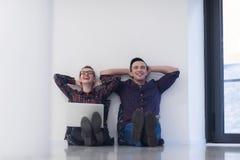 Startup affär, par som arbetar på bärbar datordatoren på kontoret Arkivbilder