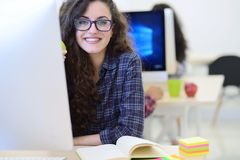 Startup affär, programvarubärare som arbetar på datoren på det moderna kontoret arkivfoto