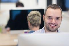 Startup affär, programvarubärare som arbetar på den skrivbords- datoren royaltyfri bild