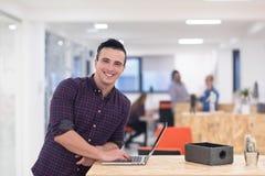 Startup affär, stående för ung man på det moderna kontoret Arkivfoto