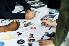 Startup affärsfolk som arbetar kontrollera information om tidning Arkivfoto