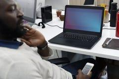 Startup affärsfolk som arbetar på bärbar datorkopieringsutrymme Royaltyfria Foton