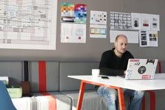 Startup affärsfolk som arbetar på bärbara datorn Arkivbilder