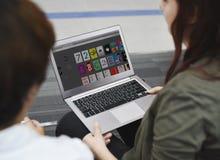 Startup affärsfolk som arbetar på bärbara datorn Arkivbild
