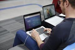 Startup affärsfolk som arbetar på bärbara datorn Arkivfoto