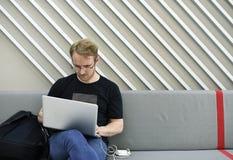 Startup affärsfolk som arbetar på bärbara datorn Arkivfoton