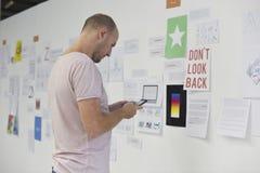 Startup affärsfolk som ser på Th för information om strategibräde Arkivbilder