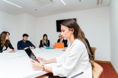 Startup affärslag på möte i modern ljus kontorsinterio royaltyfria foton