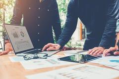Startup affärslagmöte som arbetar på den pro-nya affären för bärbar dator arkivfoton
