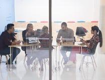 Startup affärslag på möte på det moderna kontoret Arkivfoton
