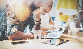 Startup begrepp för möte för mångfaldteamworkidékläckning AffärsTeam Coworkers Analyze Finance Report bärbar dator folk fotografering för bildbyråer