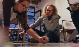Startup lag för Tech som arbetar på nytt projekt arkivbild