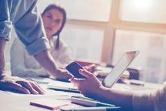 Startup lag i regeringsställning Digital och skrivbordsarbete på tabellen Royaltyfri Bild
