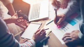 Startup möte Ny idékläckning för marknadsföringsstrategi Skrivbordsarbete och digitalt begrepp royaltyfria bilder