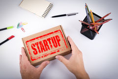 Startup stämpelaffärsidé Kurir levererad ask till av Arkivfoton