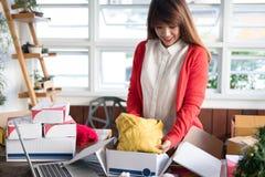 Startup torkduk för emballage för små och medelstora företagägare i asken på workplaen royaltyfria foton
