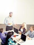 年轻startupers开与上司的一次会议 免版税库存图片