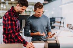 Startupers masculins positifs discutant leurs nouvelles idées image stock