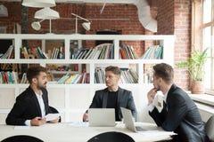 Startupper谈论新的项目令人信服投资者在meetin 免版税库存照片