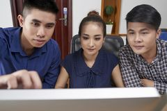 Startuppers som diskuterar rapporten royaltyfri fotografi
