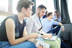 Startverschiedenartigkeits-Teamwork-Sitzung- über Brainstormingkonzept Geschäfts-Team Coworkers Analyze Finance Report-Laptop Leu Stockfoto